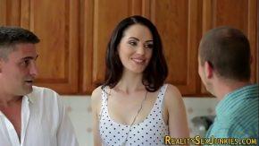 Porno rusesc cu doi rusi se fut cu o bruneta salbatica