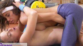 Doua fete isi dau limbi in sala de sport