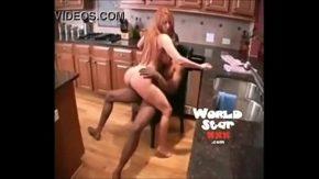 Femeie corpolenta este fututa in bucatarie de un african cu pila mare