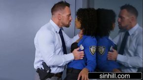 Politista negresa se fute cu doi detinuti sexy in biroul ei