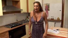 Scaciati filme porno pe la cu mamica fututa la bucatarie