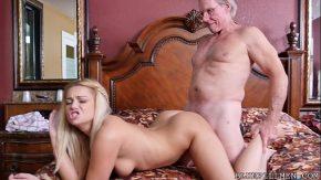 Blonda bucoasa si perversa este penetrata adanc in gauri de doi mosi