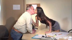 Gaoaze mari bruneta tanara ce face sex cu seful de 68 de ani