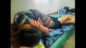 Xxx da buzna peste ia in pat si o fute in pizda cand ea doarme
