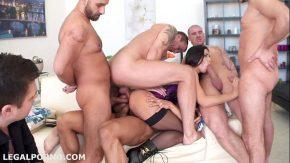 Sex cu multi barbati ce isi baga pula in brunete focoase si rezistente la pula groasa