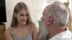 Porno cu bunicul ce are o nepoata sexy pe care o fute