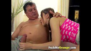Copila de 19 ani este fututa de tatal ei gras si aia la muie