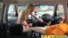 Acest barbat incearca sa invete o femeie sa conduca masina