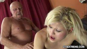 Nepoata cea mai mare curva face o partida de sex cu bunicul batran