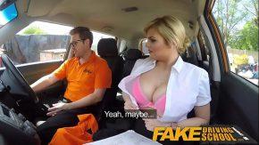 Sex cu instructorul auto are o eleva tatoasa cu care se fute in masina