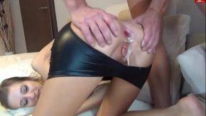 Tanara cu fundulet frumos ce este ejaculata in nauntrul fundului