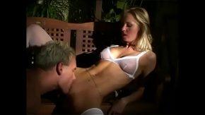 Blonda care se pune sa suga pula si vrea si ea limbi in pizda